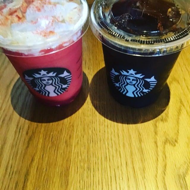 スターバックスのストロベリーベリーマッチフラペチーノ レッドとアイスコーヒー