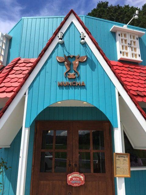 ムンチャは青と赤の建物