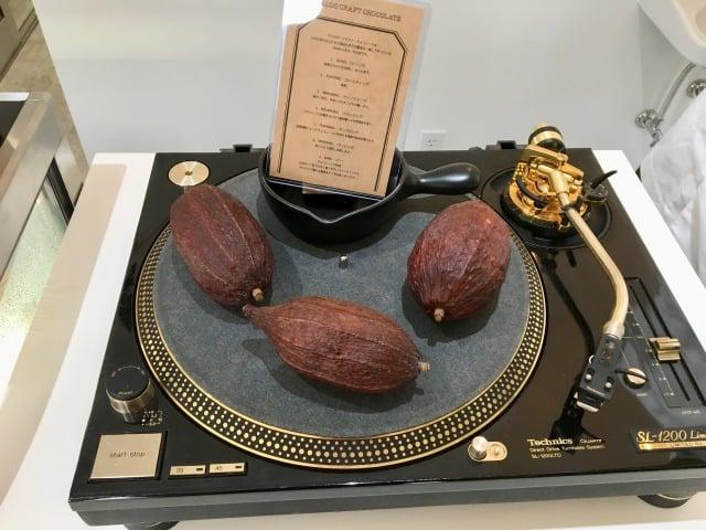 アナログクラフトチョコレートの店内のアナログ盤とチョコレート