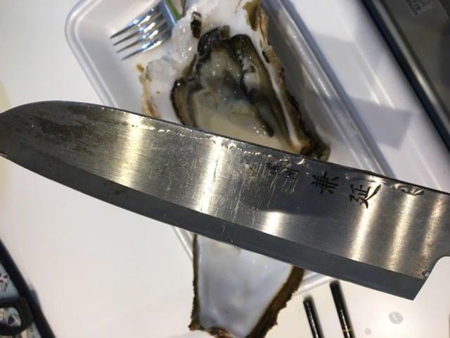 岩牡蠣と包丁