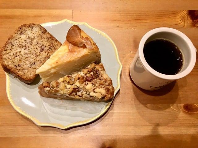 ベンチ&マグのケーキとコーヒー