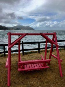 波平の近くのピンクのベンチ