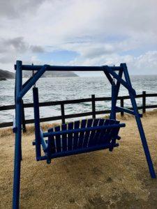 波平の近くの青いベンチ