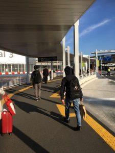 成田空港へバス降り場から向かう画像